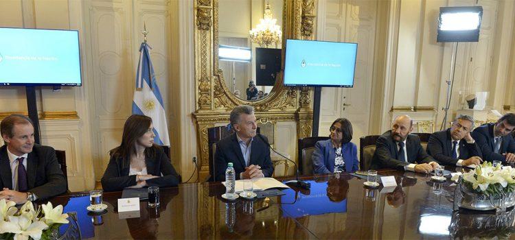 Macri y su pedido a los gobernadores para bajar los salarios en el Estado y el sector privado