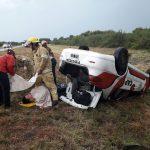 Dos policías heridos luego de volcar por un reventón en un neumático
