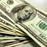 Pactó pagar en dólares, quiso hacerlo en pesos, y la Justicia lo obligó a hacerlo en billetes de EE.UU.