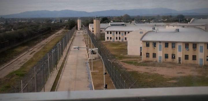 """Torres que se llueven, cajas eléctricas yapadas, handys rotos: la """"aventura"""" de trabajar en una cárcel cordobesa"""