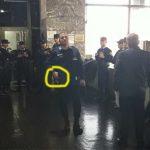 Conflicto en EPEC: el amenazante policía que recibe a Tosco con la mano sobre su arma