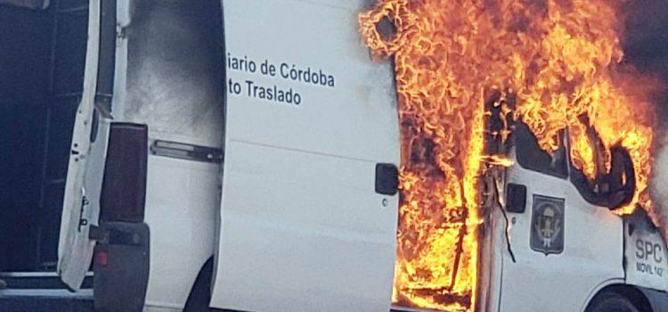 Fuego y destrucción de un móvil del SPC que trasladaba tres internos: empleados internados