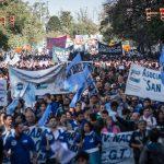 Una multitud se volcó a las calles en apoyo al reclamo salarial y presupuestario de la universidad