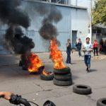 No aparecen los dueños y los 64 trabajadores y sus familias hacen guardia en la fábrica