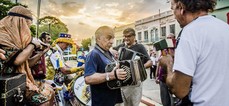"""La fotógrafa cordobesa Sol Pérez presenta """"Los linyeras de La Boca"""" en Buenos Aires"""