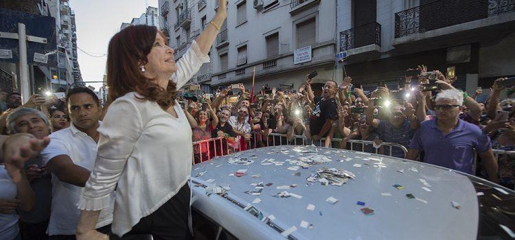 Tendencias: CFK se impone a Macri, pero no le alcanza para vencer en primera vuelta